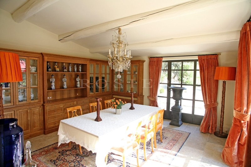 A vendre dans le triangle d'or du Luberon,  très belle propriété au pied d'un village classé, sur un parc paysager de plus d'un hectare et demi.