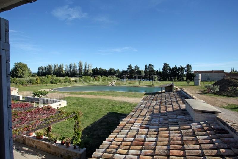 A vendre près de l'Isle sur le Sorgue,  grand mas de 200 m² environ agrémenté de 2 bassins  et d'un lavoir sur 14850 m² de terrain