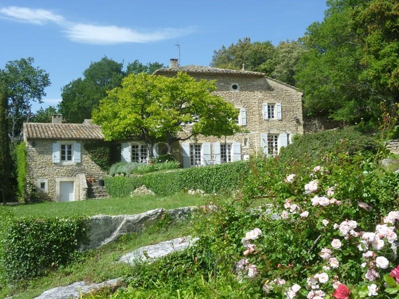 En vente, en Luberon,  authentique bastide provençale avec tout le charme de l'ancien,  vue sur le Luberon et les Alpilles.
