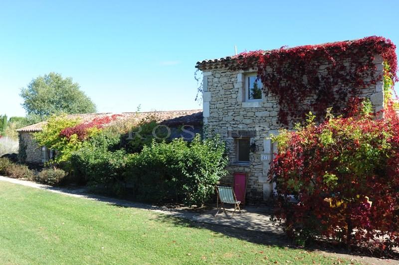 Entre Goult et Roussillon, à vendre, maison en pierres divisée en 5 appartements et entourée d'un jardin