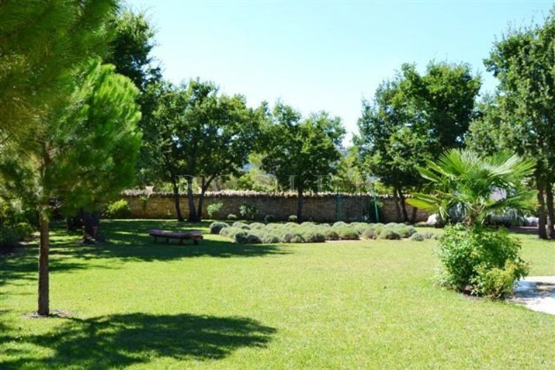 A quelques minutes des plus beaux villages perchés du Luberon, maison en pierres avec piscine à vendre par l'Agence ROSIER à Gordes