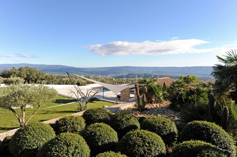 En position dominante, face au Luberon, surplombant la vallée et à seulement quelques minutes de l'un des plus beaux villages de France, en vente, splendide propriété contemporaine de standing sur plus de 6 hectares.