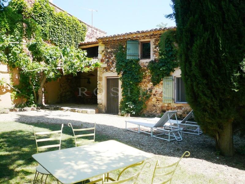En Provence,  à vendre par l'Agence ROSIER, dans un hameau, un mazet en pierres, renové, agrémenté d'un jardin