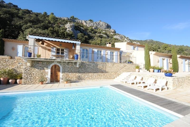 A vendre dans un vieux village du Luberon,  dans un parc, face à la vallée avec vue imprenable,  au calme parfait, villa moderne avec piscine.