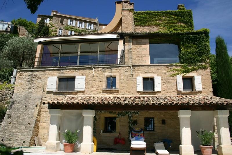A vendre dans le Luberon par ROSIER,  très belle maison en bordure du village de Gordes,  avec piscine à débordement et vue panoramique plein sud face au Luberon