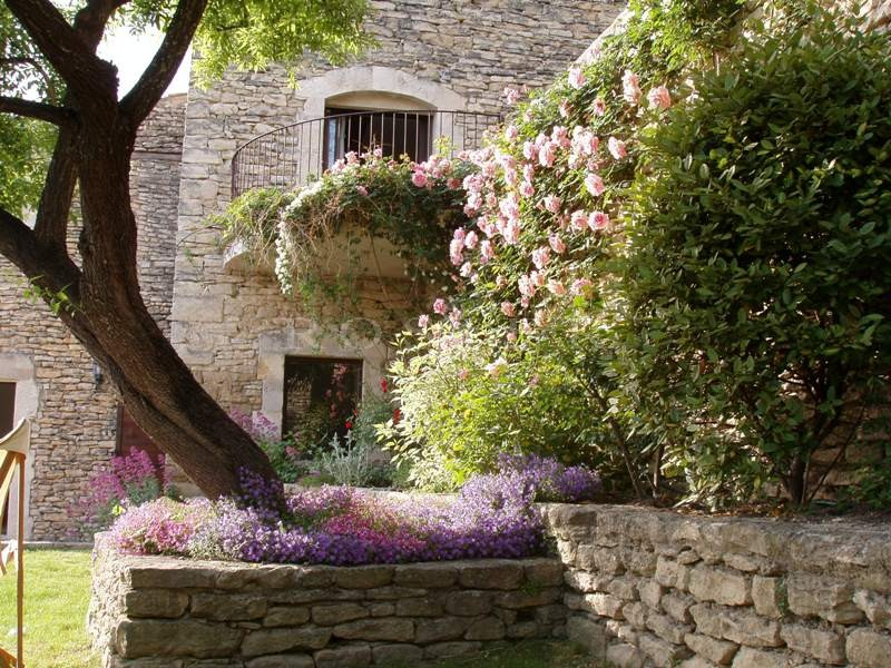 A vendre dans le Luberon par ROSIER,  très belle maison en pierres, située dans le village médiéval de Gordes,  agrémentée de jardins suspendus et d'une piscine