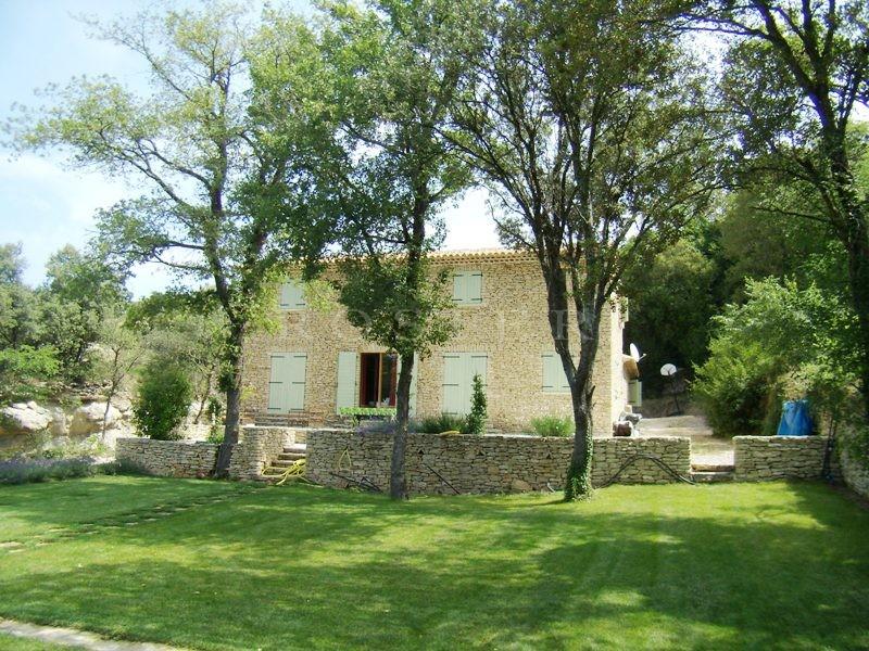A vendre dans le triangle d'or du Luberon,  proche du village médiéval de Gordes, jolie maison en pierres sur un grand terrain clôturé avec piscine et garage et très belle vue sur le Luberon et la vallée ponctuée de villages perchés.