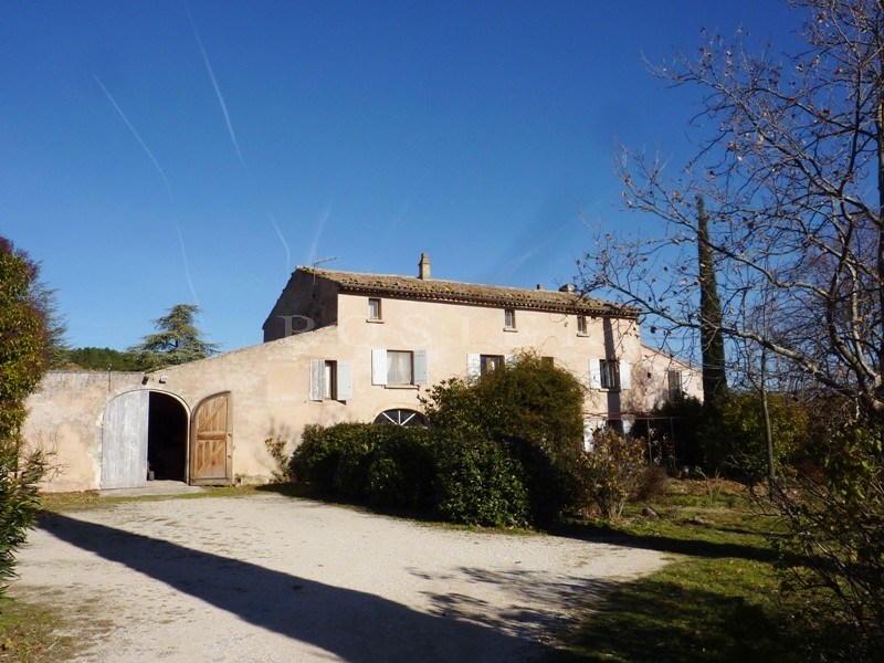 A vendre en Luberon,  proche de Roussillon, authentique mas provençal,  nécessitant des travaux de rénovation. Très beau potentiel