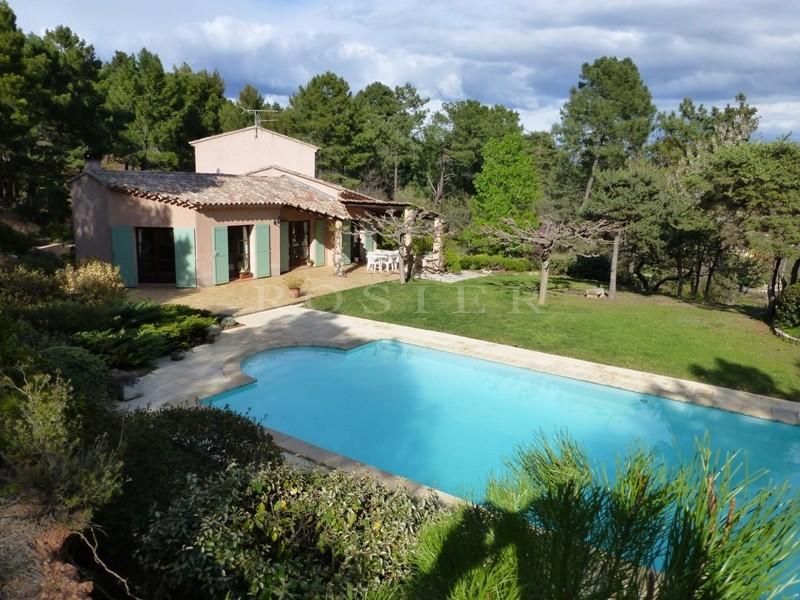 A quelques minutes des villages classés du Luberon, à vendre, belle maison dans un paysage d'ocres avec un jardin paysager,  de vastes terrasses ensoleillées et une piscine.