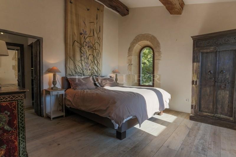 A vendre, en Luberon, à Gordes,  propriété du XVIIIème siècle, alliant contemporain et ancien dans une rénovation de qualité,  avec piscine et dépendances  sur un parc de plus de 2 hectares