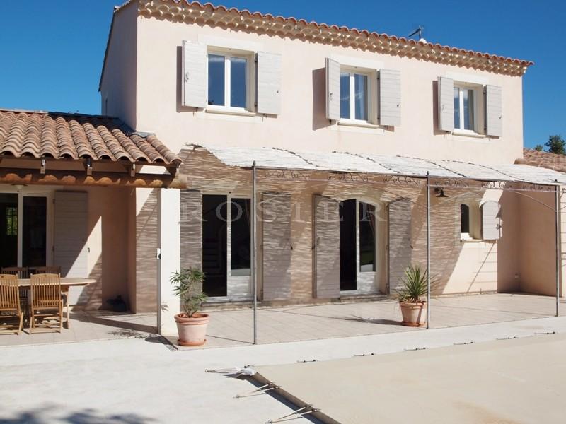 Proche du village perché de Lacoste,  à vendre, maison contemporaine de 6 pièces principales,  avec belle terrasse, jardin paysager et piscine chauffée.
