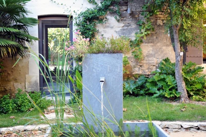 Près de Gordes,  à vendre, authentique mas provençal rénové dans un style contemporain avec jardin paysager, bassin de nage et cour intérieure.