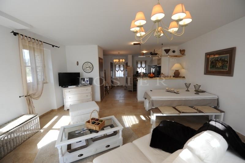 A vendre, à Gordes,  à deux pas du centre du village, traditionelle maison en pierres, sur 2 niveaux avec beaucoup de charme,   piscine et garage