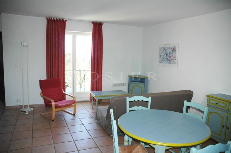 A deux pas du prestigieux  village de Gordes,  dans un domaine privé avec piscine et pool house,  bel appartement de 3 pièces principales