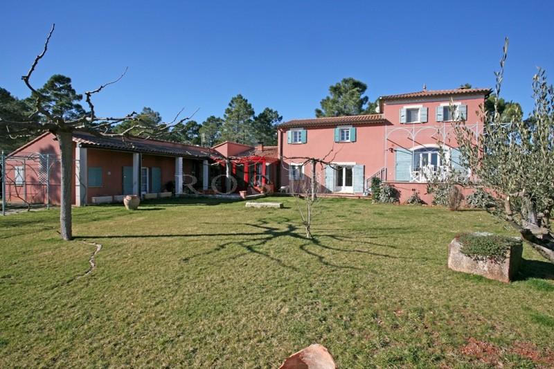 A quelques minutes des plus beaux villages perchés du Luberon, à la vente, agréable maison avec piscine et dépendances