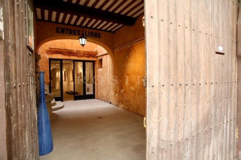 A vendre, à l'Isle sur la Sorgue,  belle situation pour cette maison de village avec boutique / galerie  dans le centre ville