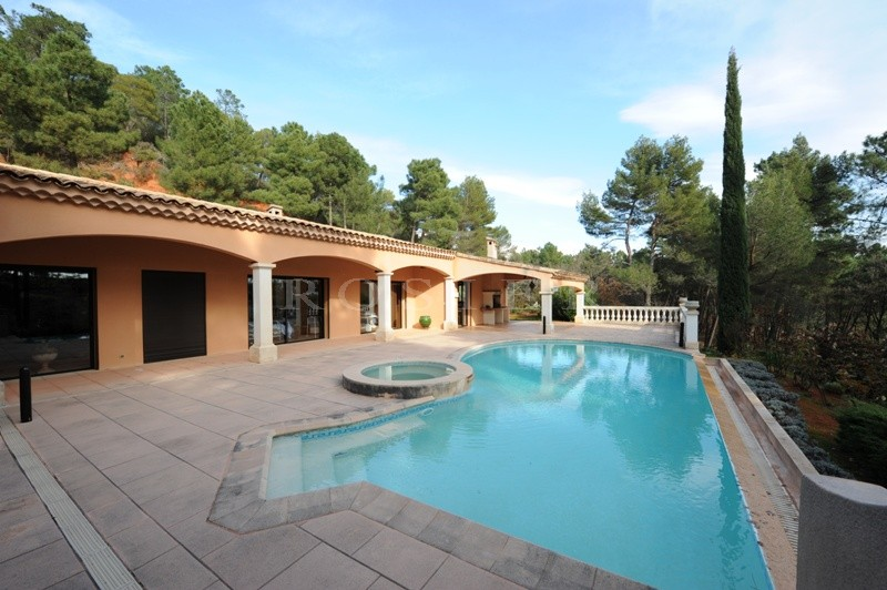 A vendre, près de Roussillon,  maison contemporaine avec piscine à débordement,  dans un paysage de collines d'ocres