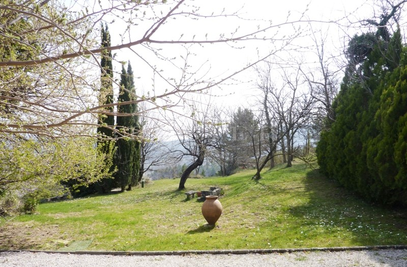 A vendre dans le triangle d'or du Luberon,  bergerie en pierres rénovée sur plus de 9 000 m² en terrasses avec très belles vues