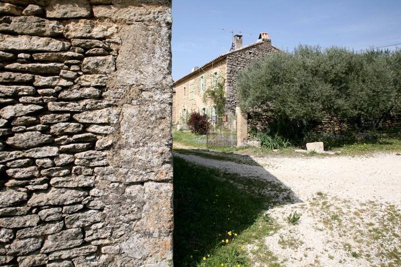 Proche Gordes, dans un secteur très recherché, a vendre, propriété à rénover  comprenant une bastide et 2 mazets sur 5 000 m² environ de terrain avec vue,  avec excellent potentiel, idéale pour une maison familiale ou faire de l'accueil