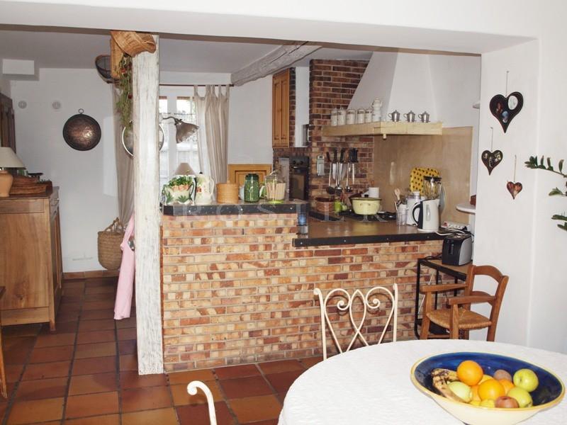 Provence, en vente dans un beau village provençal,  renommé pour ses 37 fontaines, charmante maison en pierres,  agrémentée d'un jardin avec piscine.