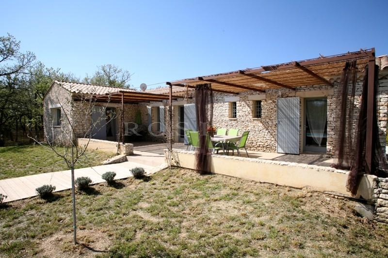 A proximité d'un village classé du Luberon,  en Provence, à vendre,  maison de plain pied, en pierres, avec piscine