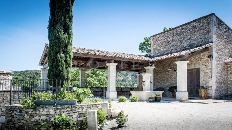 A vendre dans le triangle d'or du Luberon,  propriété avec maison principale, maison d'amis et 2 gîtes,  avec vue à 360 °, piscine et grand jardin