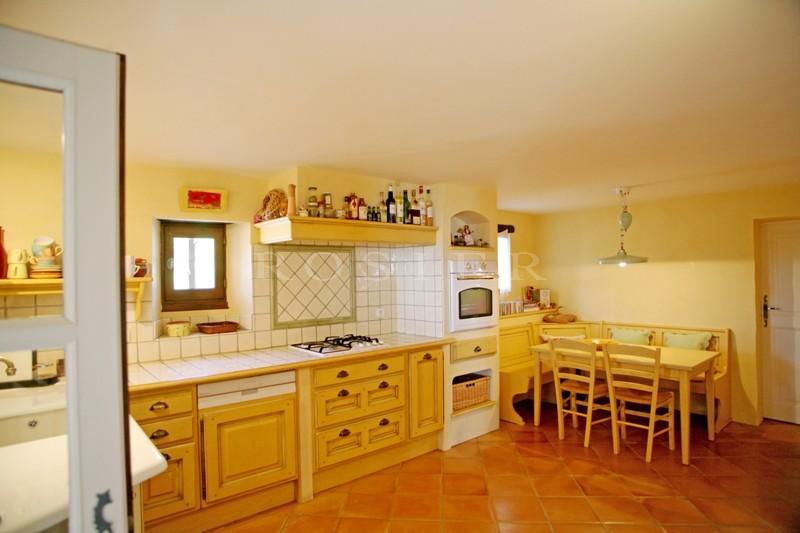A vendre sur les hauteurs de Gordes en Luberon,  dans un site exceptionnel, sublime propriété en pierres  avec piscine à débordement et vue panoramique à 180 °