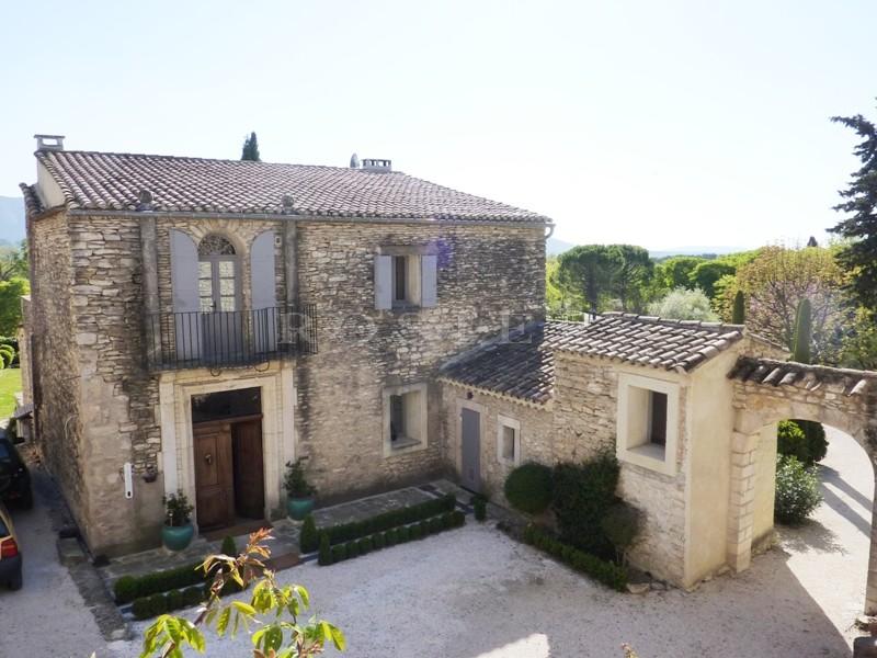 A vendre, à Gordes,  propriété avec de nombreuses dépendances sur un terrain paysager  avec de magnifiques vues sur le Luberon