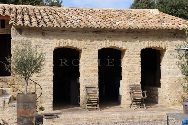 A quelques minutes à pied du prestigieux village de Gordes superbe propriété contemporaine avec maison d'amis et piscine