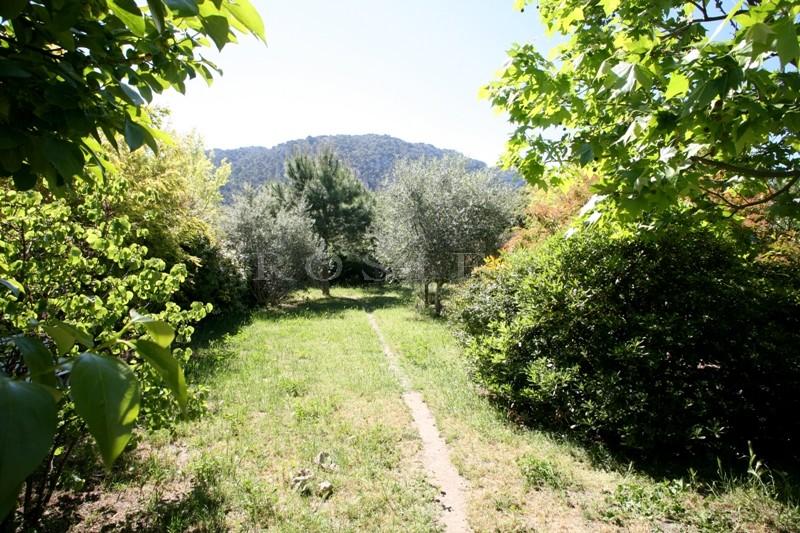 Dans le village de Robion dans le Luberon, à vendre,  maison de charme avec belle véranda, cour intérieure et grand jardin.