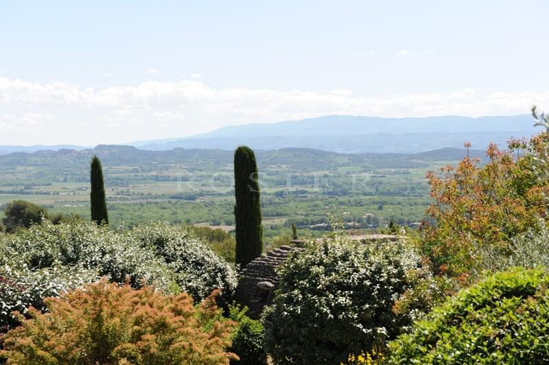 En position dominante, à seulement quelques minutes à pied du centre du village de Gordes, superbe propriété avec vues imprenables sur la vallée et les villages perchés du Luberon