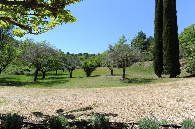 En vente,  dans le triangle d'or du Luberon, authentique mas provençal en pierres  sur un beau terrain paysager.