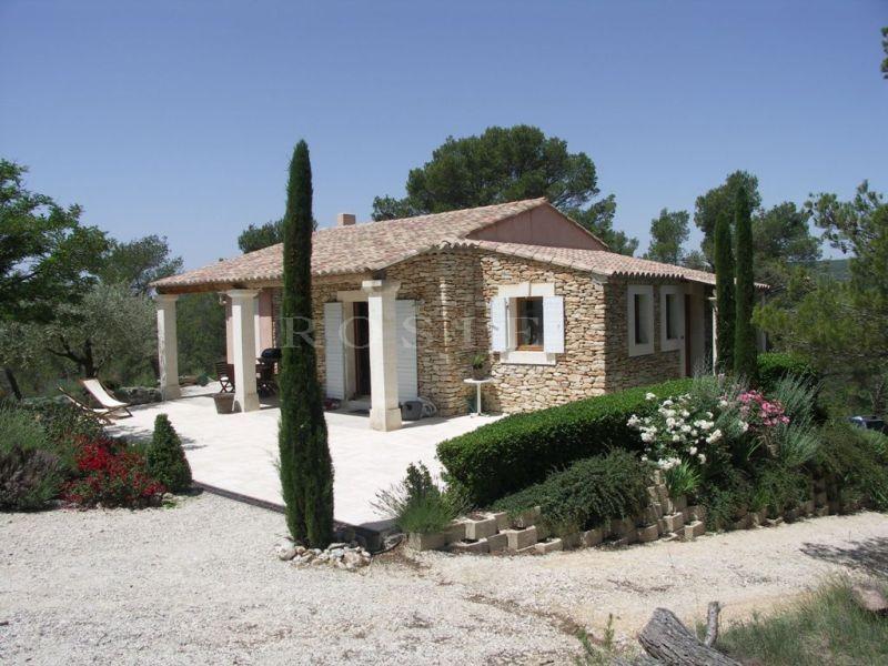 A vendre,  jolie maison en pierres avec piscine, à proximité d'un village du Luberon