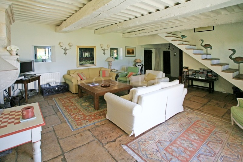 A vendre,  près de Gordes, superbe propriété proposant une maison en pierres  dans un parc paysager de plus de 8 000 m², avec piscine et tennis.