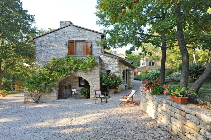A vendre,  Luberon, dans un parc de plusieurs hectares, à vendre, propriété comprenant une maison principale, une maison d'amis, une maison de gardien et plusieurs dépendances.
