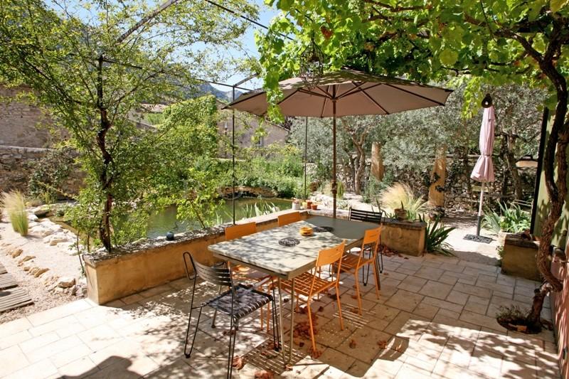 A vendre dans le Luberon par ROSIER,  dans un village très animé, charmante maison avec  piscine et jardin clos