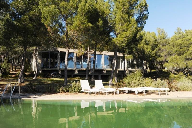 A vendre en Luberon,  exclusivité à l'agence ROSIER, maison-pont ultra contemporaine, en position dominante,  avec piscine et vue totalement dégagée sur toute la vallée du Luberon