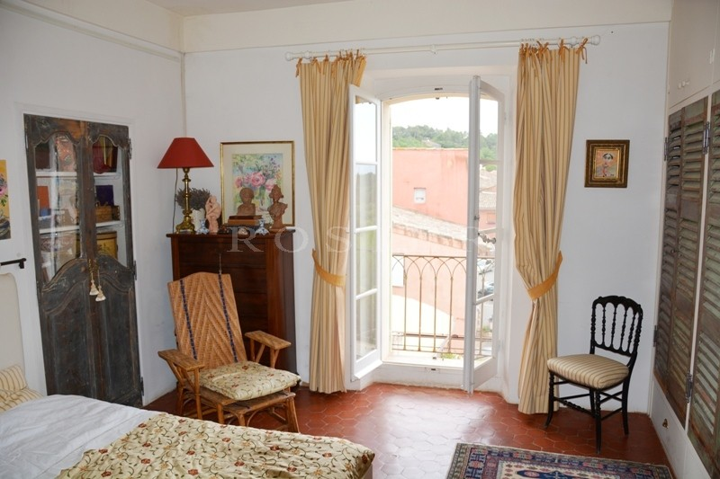 Dans un village célèbre du Luberon,  à vendre, maison de charme  avec jardinet, terrasse et un local commercial très bien situé