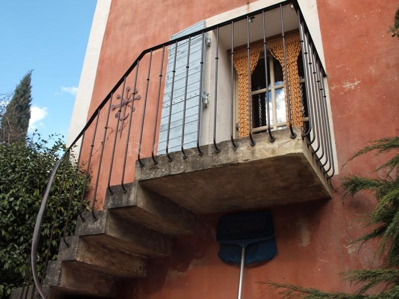A vendre dans le Comtat Venaissin,  dans un village très animé,  maison bougeoise pleine de charme avec jardin et piscine