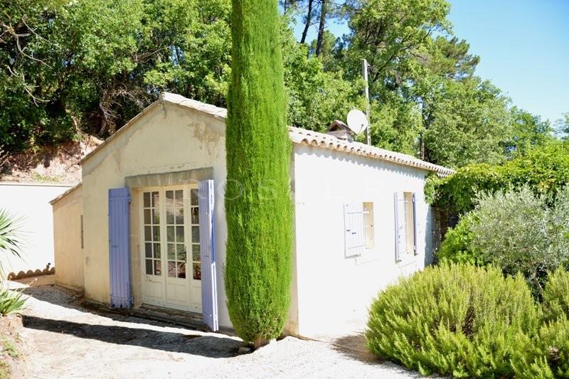A Gordes, en vente,  charmante maison lumineuse et confortable, de plain pied, située dans un paisible cadre de verdure avec piscine