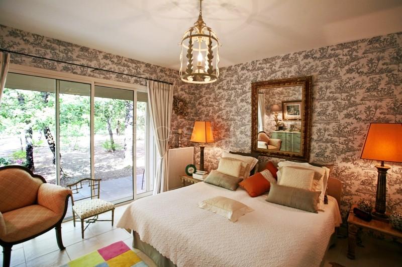En Luberon,  à vendre, près de Gordes,  villa contemporaine au coeur d'une chênaie, sur un peu plus de 4000 m²,   avec piscine
