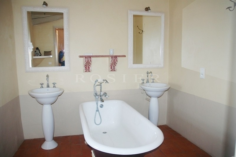 A vendre,  en Luberon, à Gordes, vrai mas en Provence avec piscine,   vue sur le Luberon, et ses villages perchés.