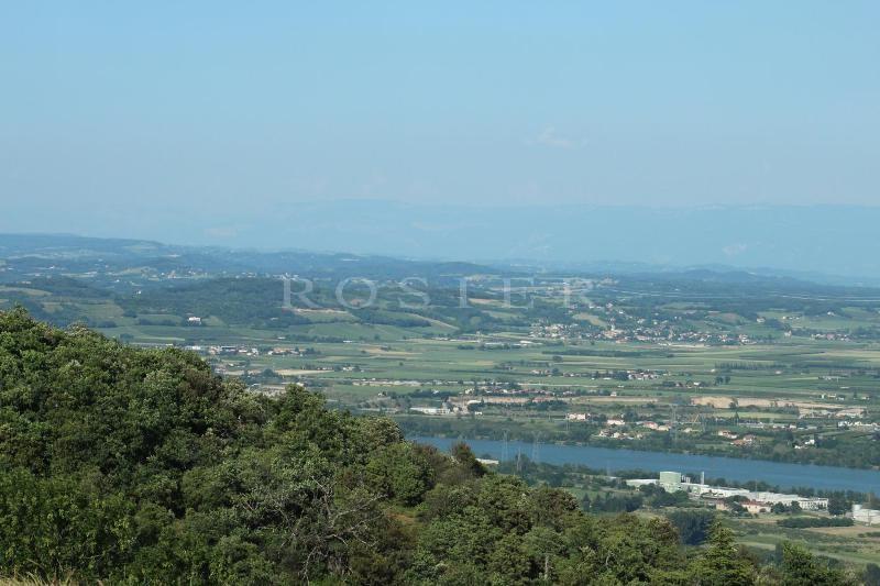 A vendre,  au coeur de l'Ardèche, 30 mn de Valence, grande propriété en pierres avec dépendances, implantée au milieu de 59 hectares de terrain.