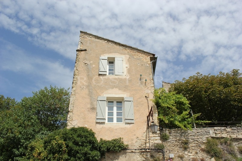 Luberon, à vendre, maison ancienne avec jardin et piscine dans un des plus beaux villages perchés de Provence.