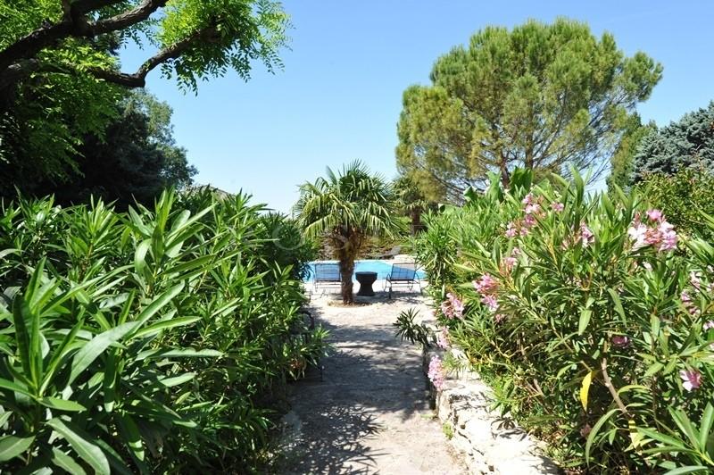 A vendre, en Luberon,  très beau mas provençal en pierres apparentes, entièrement rénové,  avec un jardin très agréable et une piscine