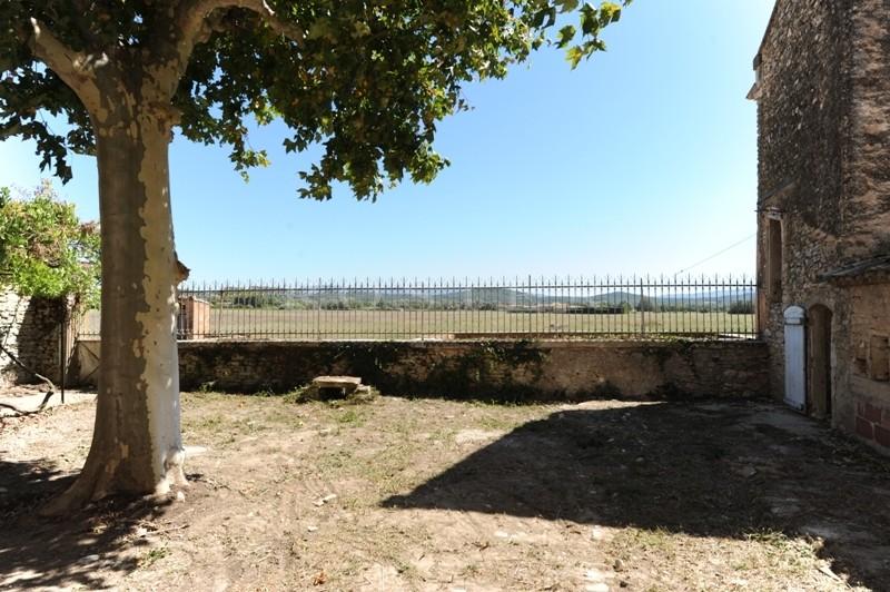A vendre,  au coeur du Luberon, entre Gordes, Joucas et Roussillon,  authentique mas provençal à restaurer,  de plus de 450 m²,  sur un terrain de 14,3 hectares.