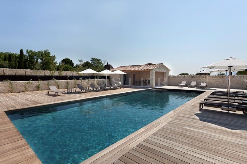 A Gordes, en vente,  dans une petite résidence privée, villa-appartement  avec piscine commune sur terrain clos de 3 300 m².