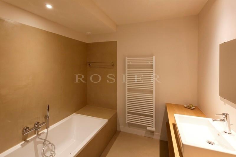 A vendre, à Gordes,  appartement en rez-de-jardin dans une petite résidence  avec piscine et jardin de 3 300 m² en commun