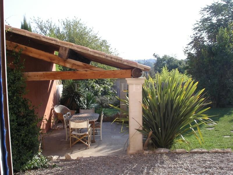 Entre Gordes et Bonnieux, à quelques mètres du centre du village et de tous les commerces, maison de village avec jardin et piscine à vendre par ROSIER