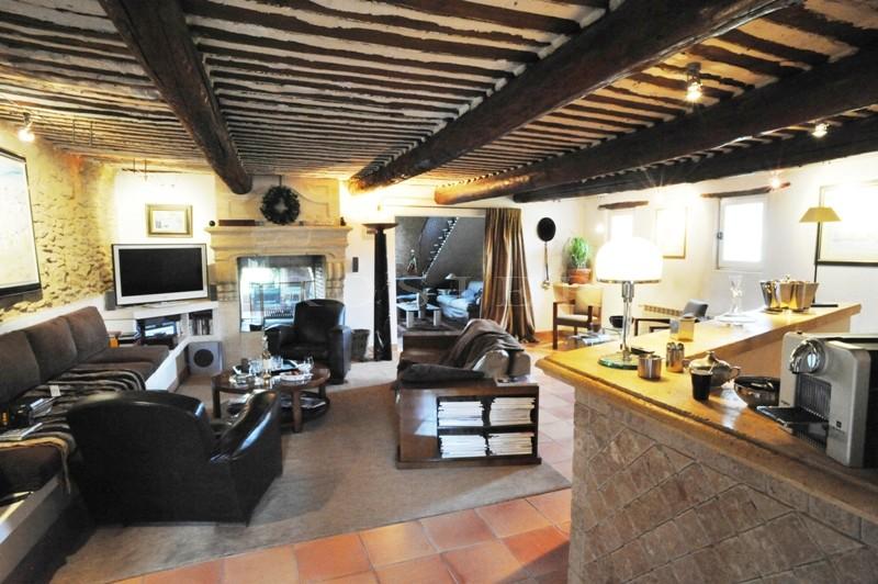 A quelques kilomètres de Gordes et de Roussillon, à vendre, superbe bastide du XVIIIème siècle et ancienne magnanerie soigneusement rénovées, avec jardin clos et piscine.